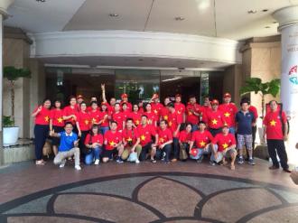 Đến Singapore và cổ vũ đội tuyển bóng đá Việt Nam
