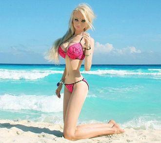 Những tấm ảnh đầy thị phi của cô gái giống búp bê Barbie