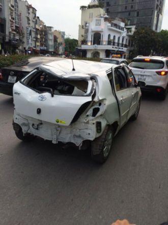 Xôn xao với chiếc Toyota Yaris móp méo chạy trên đường Hà Nội