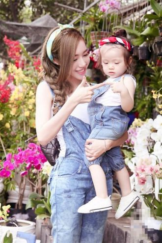 Pé tì nhà sao Việt diện đồ đôi du xuân cùng bố, mẹ thích thú