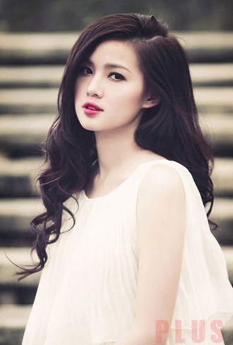 Những kiểu tóc dài uốn xoăn đẹp của hot girl Việt Tâm Tít thanh lịch