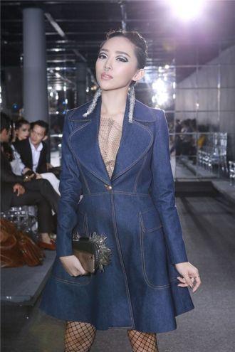Tóc Tiên khác lạ với váy denim