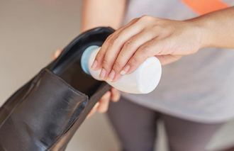 Mẹo khử sạch mùi hôi chân khi đi giày cho mọi người