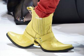 """Đây mới là đôi """"giày 2 mặt"""" gây bão"""