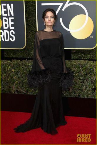 Bất ngờ lý do Angelina Jolie trên thảm đỏ