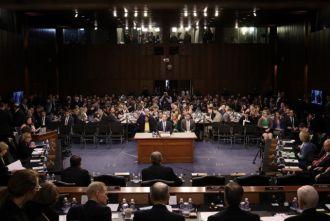 Xin lỗi đầy chân thành trước phiên điều trần, Mark Zuckerberg vẫn bị 'quay như chong chóng'