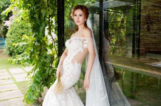 Á hậu Thanh Hoài thay 4 mẫu váy cưới bên mỹ nam ngoại quốc