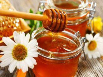 Cách dưỡng môi bằng mật ong khỏi cần bôi son