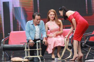 Hương Giang Idol bị ép ôm cả con trăn