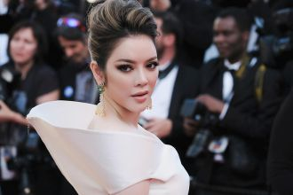 Lý Nhã Kỳ diện chiếc váy mặt trời hóa nữ thần trên thảm đỏ LHP Cannes