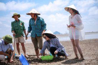 Các Sao Diệu Nhi, Sĩ Thanh, Yaya Trương Nhi trở thành ngư dân đi cào nghêu