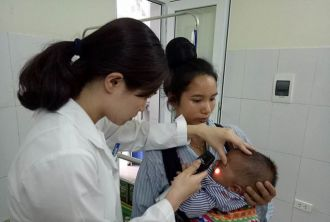 Đau lòng, bé 7 tháng tuổi bị khoét bỏ mắt vì mẹ nhỏ sữa chữa đỏ mắt