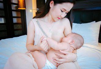 Những bà mẹ Việt ngực trần cho con bú gây bão mạng