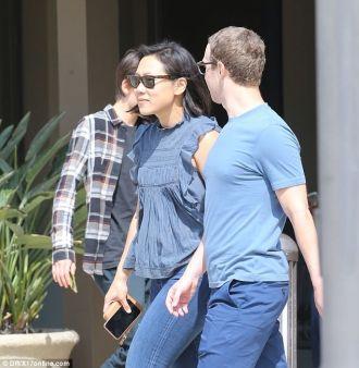 Ông trùm Facebook mặc đồ cặp, mang dép lê đơn giản