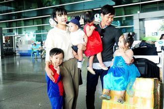 Vợ chồng Lý Hải được 4 con ra tận sân bay đón
