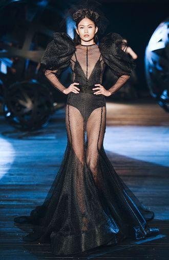 Lạc vào mê cung của những chiếc đầm đen siêu đẹp