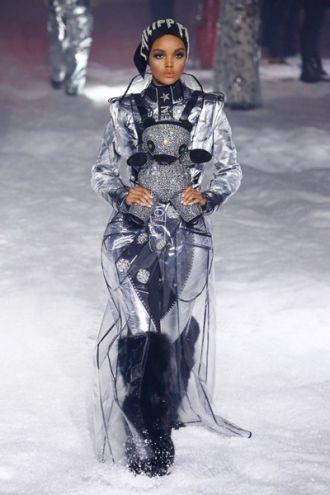 Cô nàng Halima Aden làm mẫu trên sàn diễn và tạp chí nổi tiếng