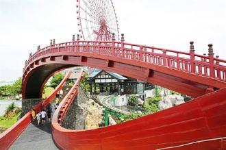 Gới trẻ ùn ùn kéo đến check-in cầu Koi ở Hạ Long