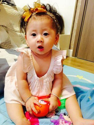 Con gái Trang Trần mặt đẹp hệt bố