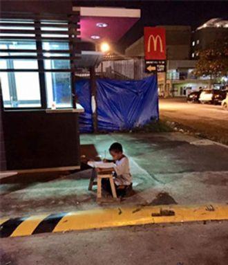 Cậu bé nghèo dùng ánh sáng nhà hàng học bài giờ đã ra sao?