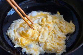 Trứng xào ớt ngọt thơm ngon cho gia đình