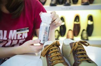 Có nên xịt khử mùi giày không?